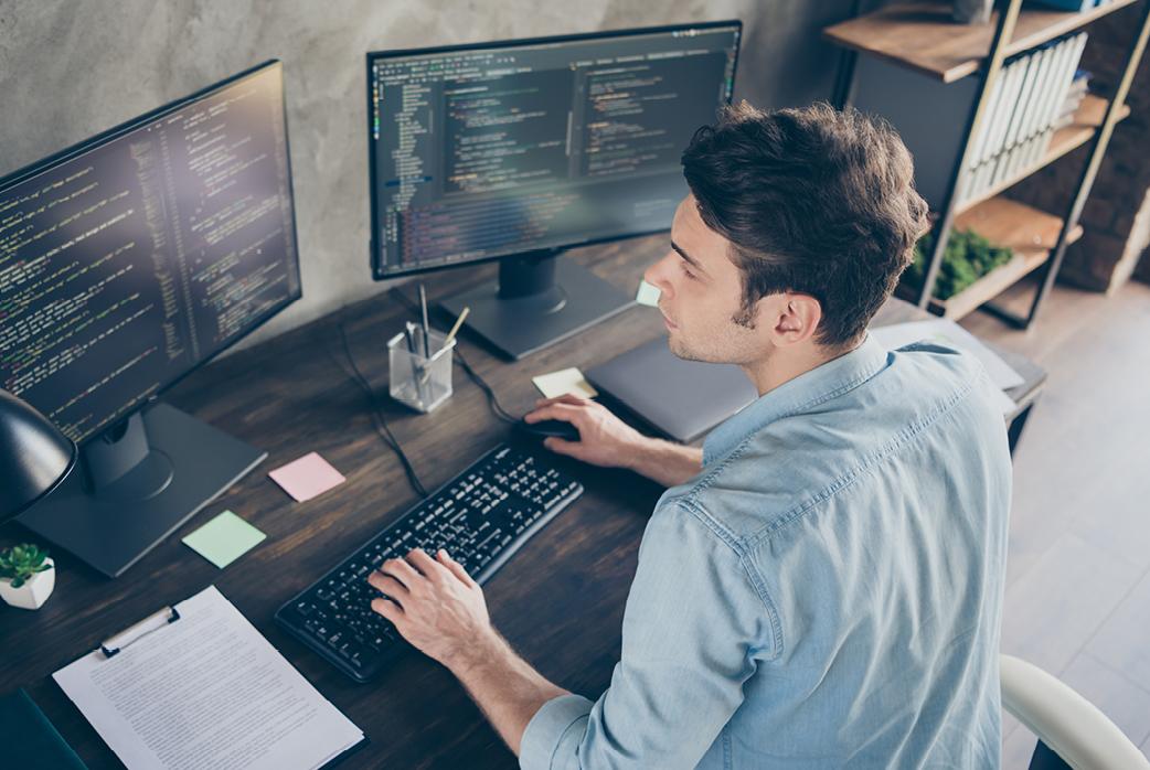 image d'un homme codant sur son ordinateur